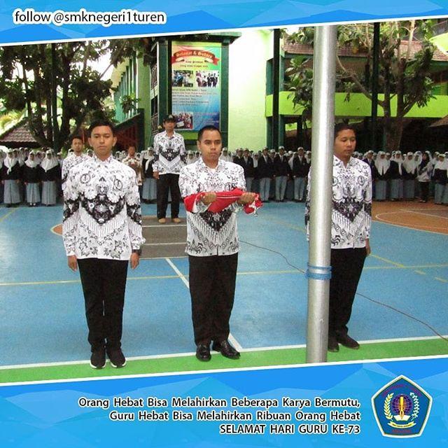 Para Guru Menjadi Petugas Upacara Saat Perayaan Hari Guru