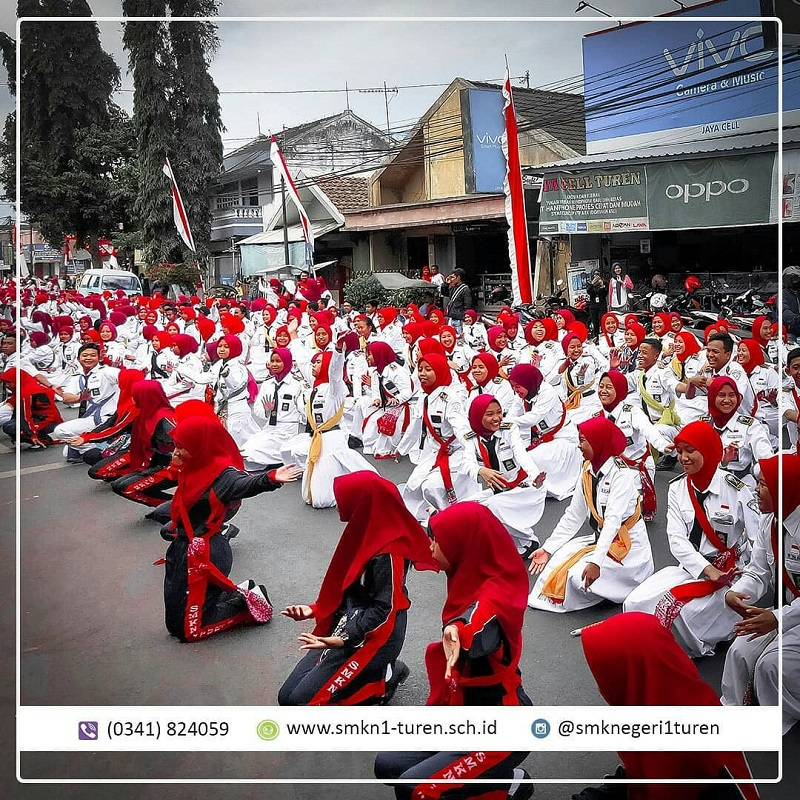 Spektakuler!!!... 1840 Siswa SMK Negeri 1 Turen Turun ke Jalan Meriahkan HUT RI ke 74