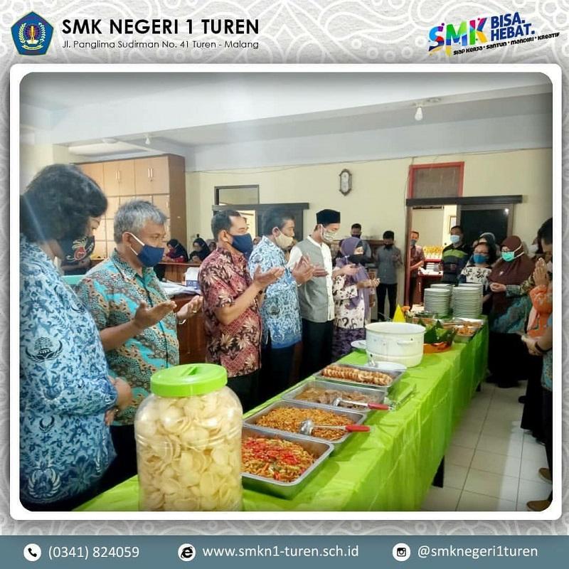 Keluarga Besar SMK Negeri 1 Turen Mengadakan Syukuran Tumpengan dalam Rangka Memeriahkan HUT Jawa Timur ke-75.